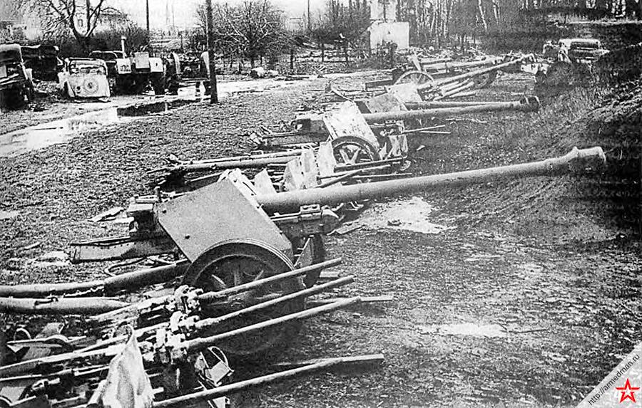 Советские трофеи - немецкие пулеметы и противотанковые 75-мм пушки PaK-40. Март 1945 года.