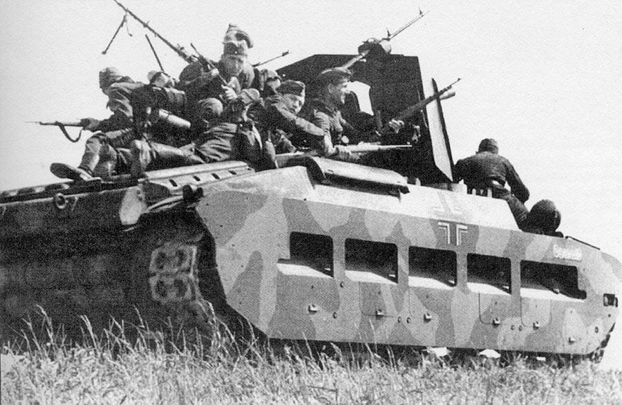 Трофейный английский тяжелый танк «Матильда» с немецким десантом на броне