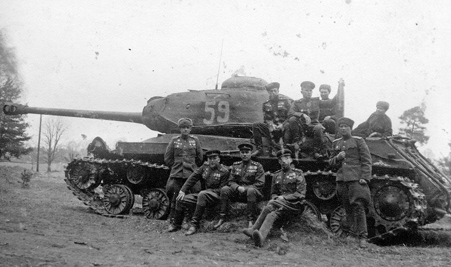 Командный состав 88-го отдельного гвардейского тяжелого танкового полка на фоне тяжелого танка ИС-2. Фотография сделана в апреле 1945 года, в лесу под Кюстрином. Характерно, что танк на фото - один из двух (!) оставшихся в полку после боев в Польше и западной Пруссии, и предшествующих им Висло-Одерской и Восточно-Померанской операции. Полк принимал участие во взятие Берлина - новые машины были получены через несколько дней после памятного фото.