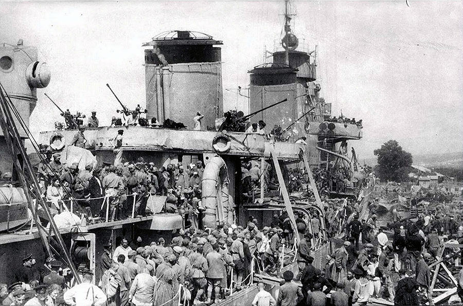 Лидер эсминцев «Ташкент» - эвакуация Севастополя, 1942 г. Знаменитый «голубой крейсер» перевез в общей сложности свыше 19000 человек.
