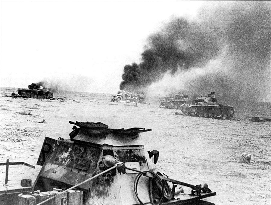 18 Ноября 1941 года британские войска в Египте начали операцию «Крестоносец», которая завершилась освобождением города Тобрук в Ливии 7 декабря. на снимке подбитые немецкие танки Pz.Kpfw. III из состава 8-го танкового полка 15-й танковой дивизии. На переднем плане командирский танк Kl.Pz.Bef.Wg. I Ausf B.