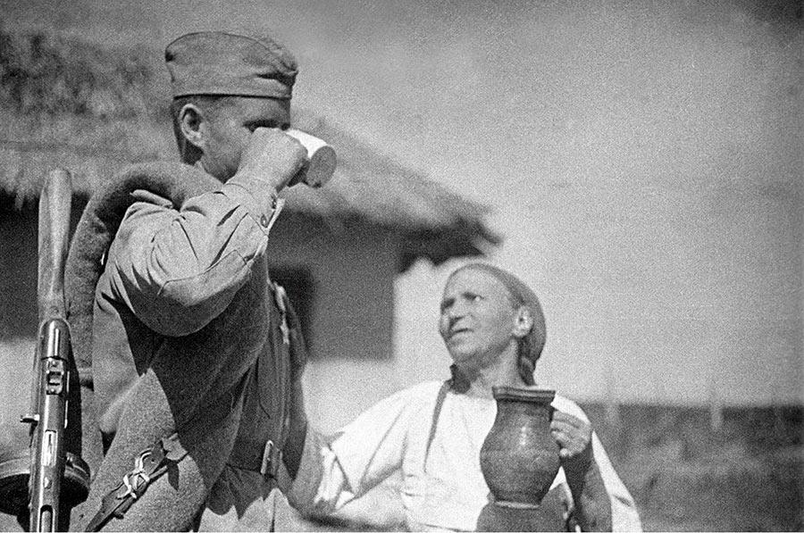 румынская-крестьянка-угощает-солдата-молоком,-1944