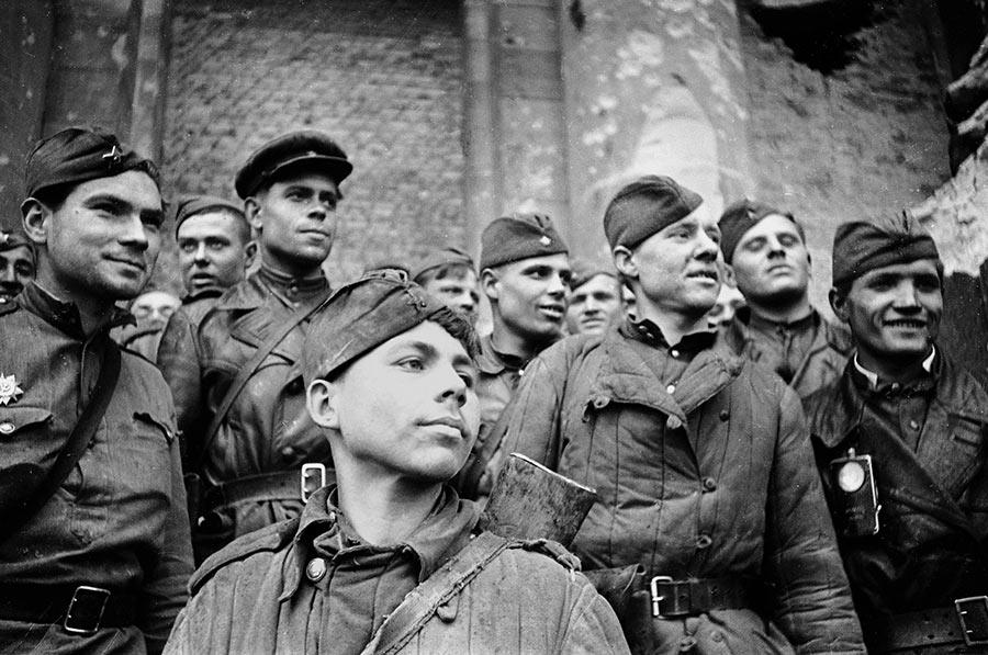 Солдаты, штурмовавшие рейхстаг. Взвод разведки 674 стрелкового полка 150-й стрелковой Идрицкой дивизии.