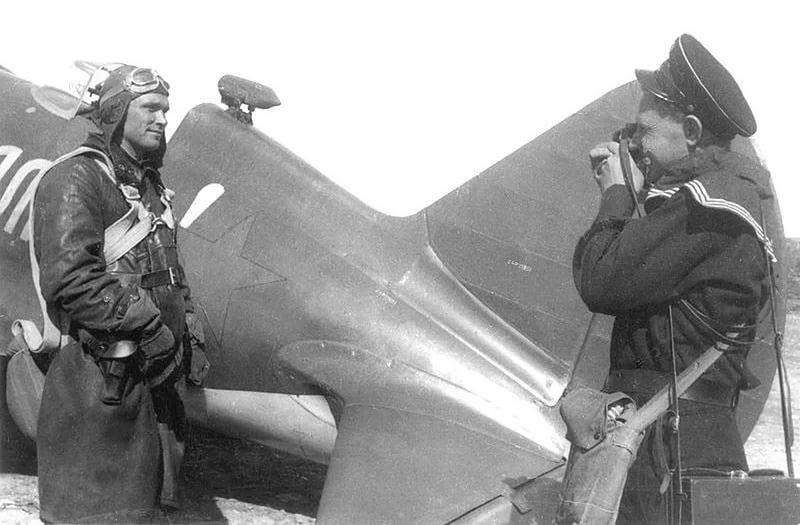 Летчик Борис Сафонов на фоне своего истребителя и фотографирующий его военный фотокорреспондент Е. Халдей