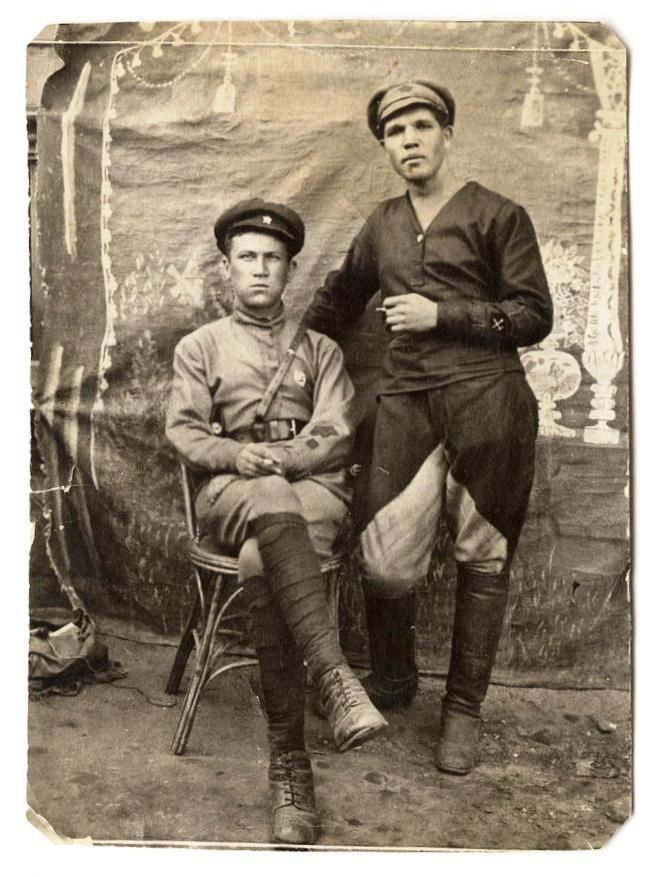 У сидящего слева нашивки младшего комсостава. Человек справа, судя по всему бравый артиллерист.
