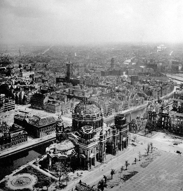 Вид на поврежденный бомбардировками Берлинский кафедральный собор