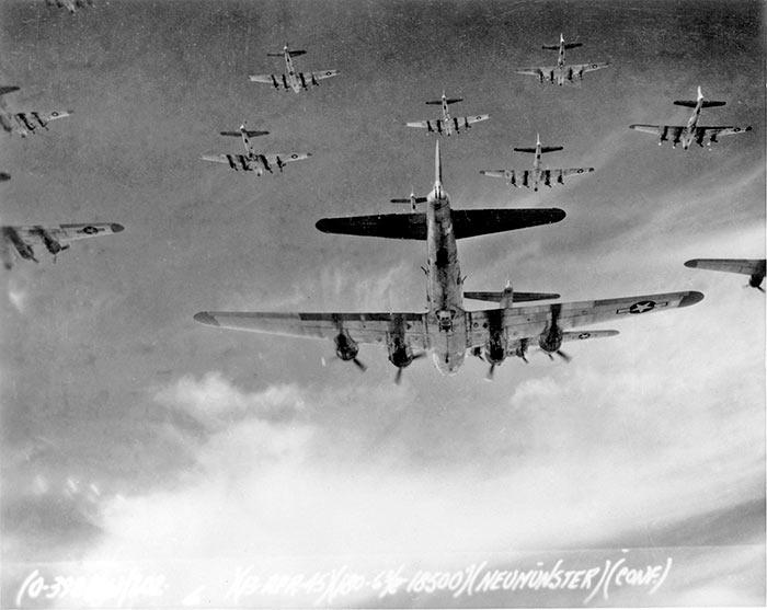 До 1000 'летающих крепостей' одновременно бомбили Берлин в 1945 году