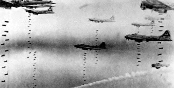 B-17 'Летающая крепость' сбрасывают бомбы