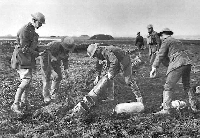 Подготовка к обстрелу противника химическими снарядами