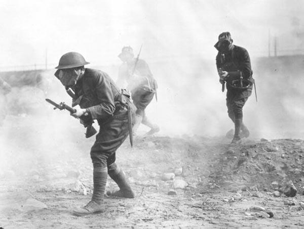 Британские пехотинцы в противогазах.