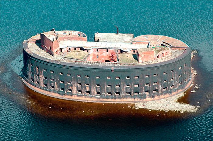Крепость Кронштадт - отличная иллюстрация к теме долговременной фортификации. Такой монстр простоит и тысячу лет!