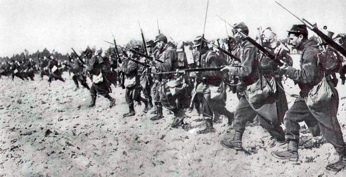 Пехотная цепь времен Первой Мировой войны. Солдаты поднимаются во весь рост и плечом к плечу, как и сто лет назад, идут на противника
