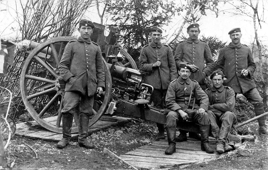 Немецкие артиллеристы времен Первой Мировой войны.