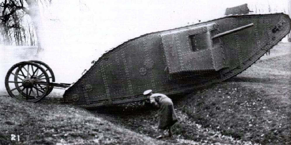 Первые танки на полях сражений выглядели как-то так. Естественно развить какой бы то ни было успех и тягаться в скорости с конницей, эти медлительные «бронесараи» не могли