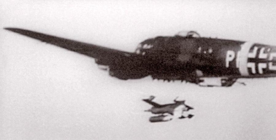 Запуск планирующей бомбы HS293 с немецкого бомбардировщика