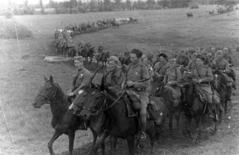 Конники из состава частей 2-го гвардейского кавалерийского корпуса на марше. Брянский фронт