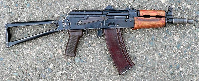 АКС-74У - хотя и максимально укорочен, тем не менее, все ещё автомат