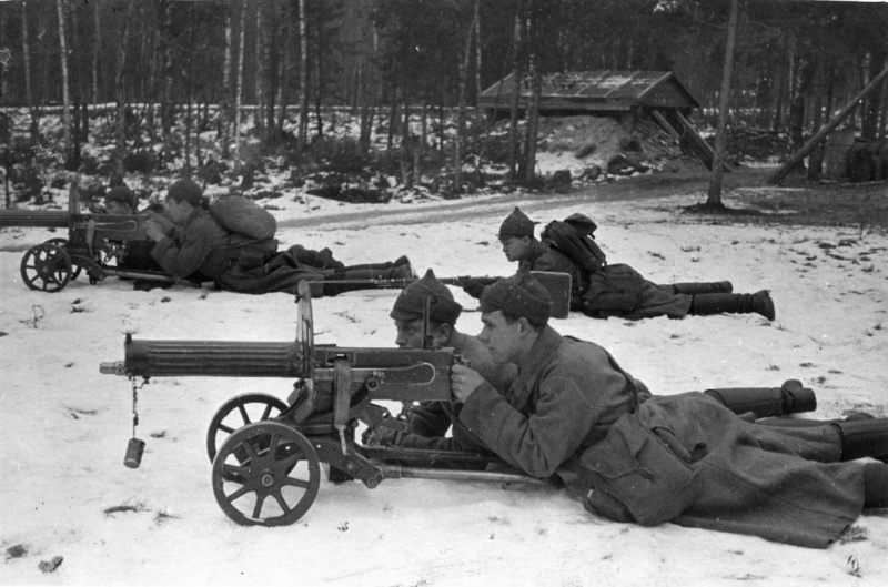 красноармейцы с пулеметами «максим»