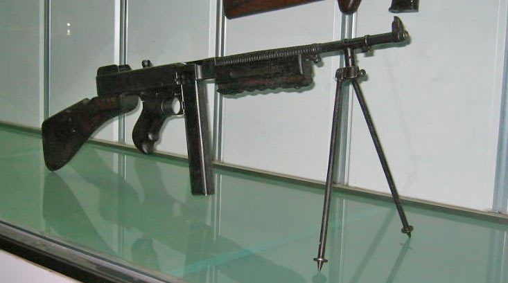 Армейский вариант пистолета-пулемета Томпсона с установленными сошками