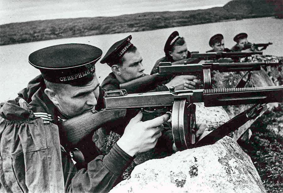 Морская пехота Северного флота СССР с пистолетами-пулеметами Томпсона