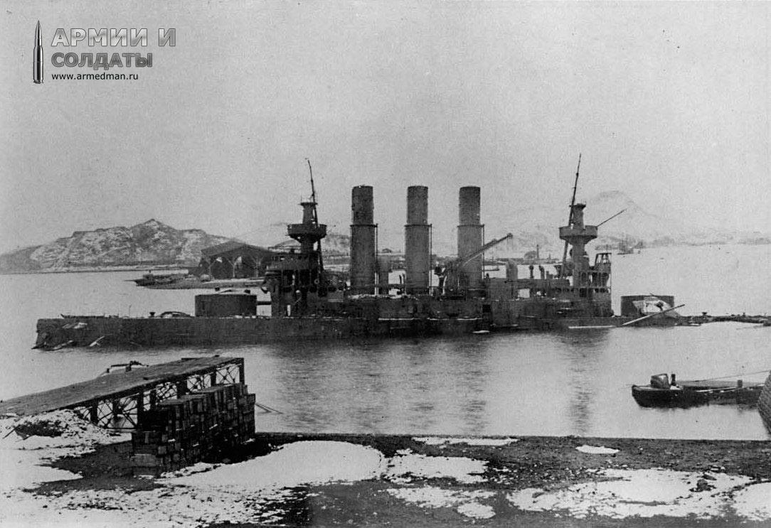Броненосец 'Ретвизан' из состава 1-ой Тихоокеанской Эскадры, севший после обстрела на грунт (Порт-Артур).