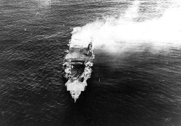 горящий авианосец 'Хирю' в битве у атолла Мидуэй