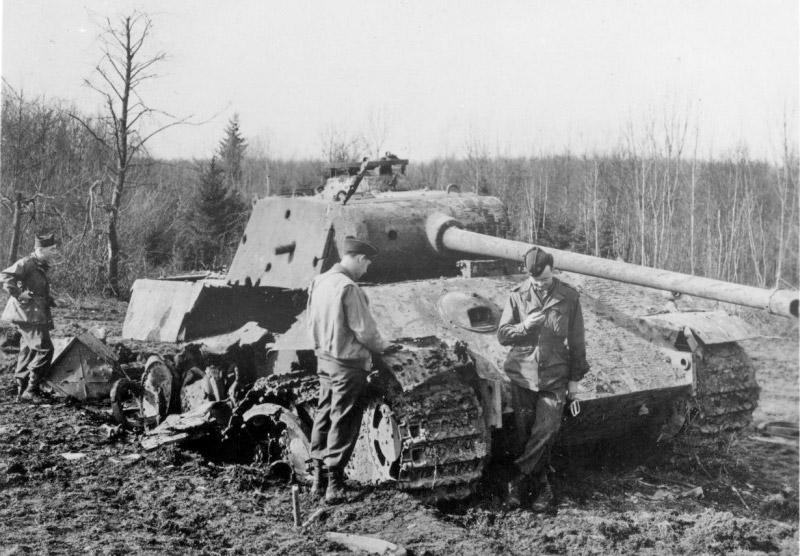 Американские солдаты осматривают подбитый <a href='https://arsenal-info.ru/b/book/3501690473/2' target='_self'>немецкий танк</a> Pz.V «Пантера»