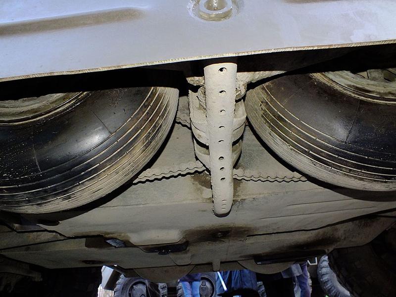 БРДМ-2, дополнительные колёса подняты в нишу, виден цепной привод.