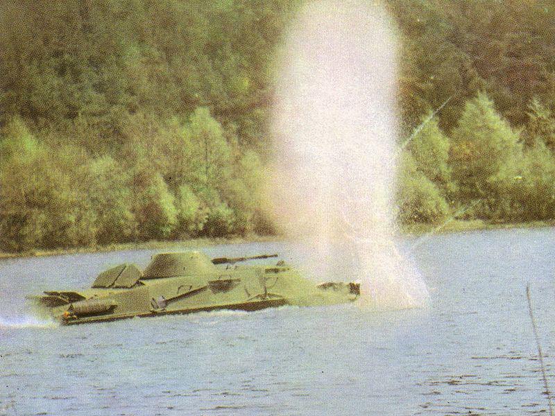 БРДМ-2 преодолевает водную преграду.