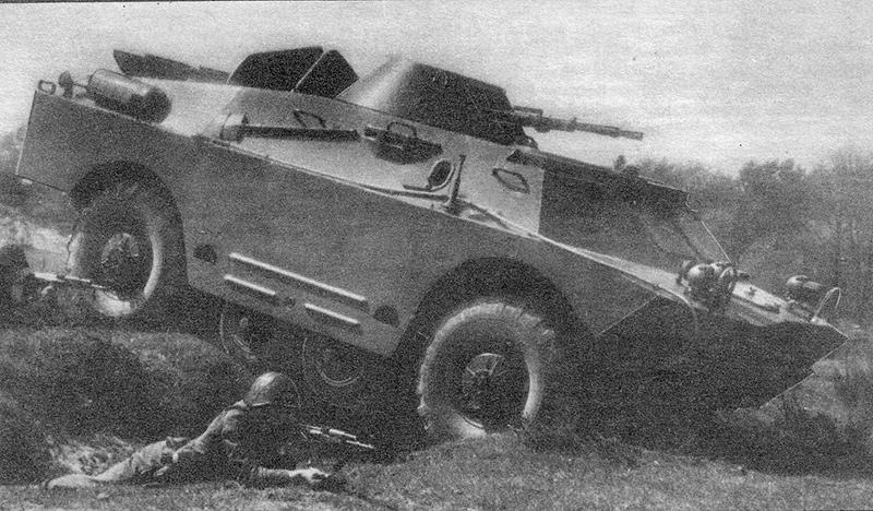 БРДМ-2 с опущенными дополнительными колёсами преодолевает окоп.