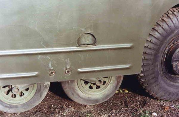 Для преодоления траншей и окопов на БРДМ-2 установлены по два пневматических колеса с каждого борта