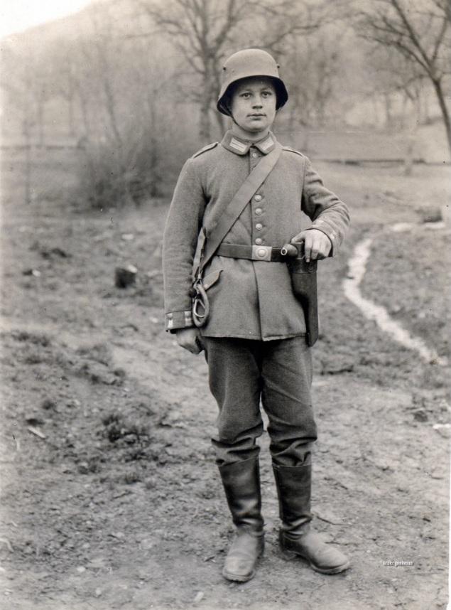 Воин Первой Мировой с пистолетом Маузер К96