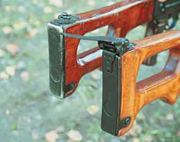 Затыльник приклада ПКМ (справа) оснащён откидным наплечником, предназначенным для более жёсткой фиксации пулемёта при стрельбе