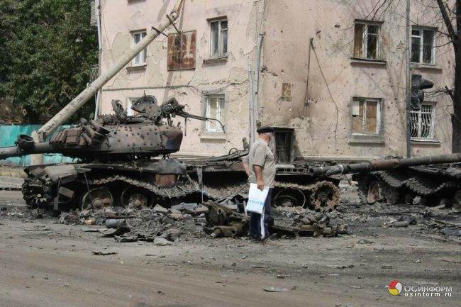Два грузинских Т-72, уничтоженных осетинскими военнослужащими на улице Цхинвала (2008 год)