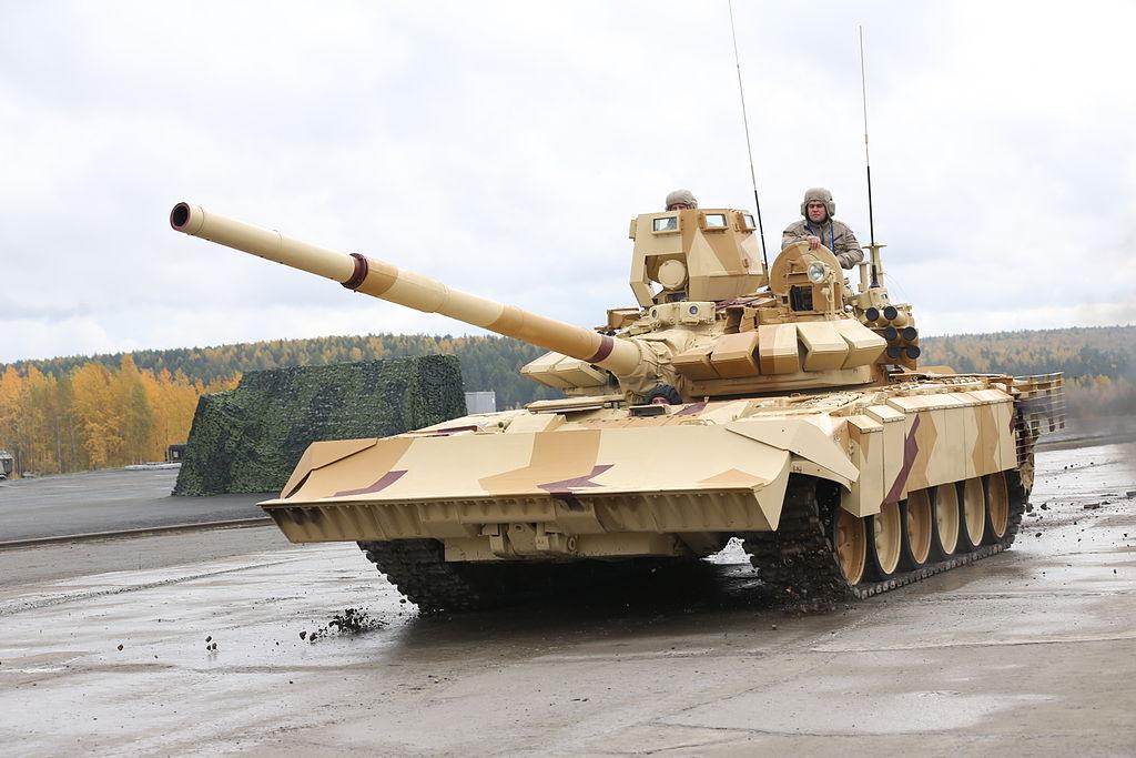 Модификация Т-72 с комплектом средств защиты для городских боёв представленная на RAE-2013