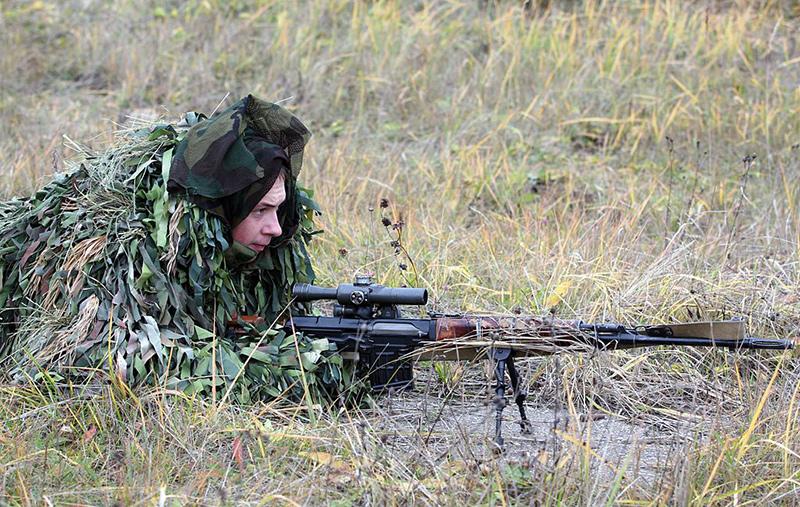 Снайпер 4-й <a href='https://arsenal-info.ru/b/book/1523244298/21' target='_self'>отдельной танковой бригады</a> с СВД.