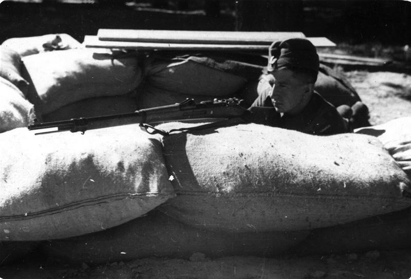 Польский солдат на огневой позиции в пригороде Варшавы