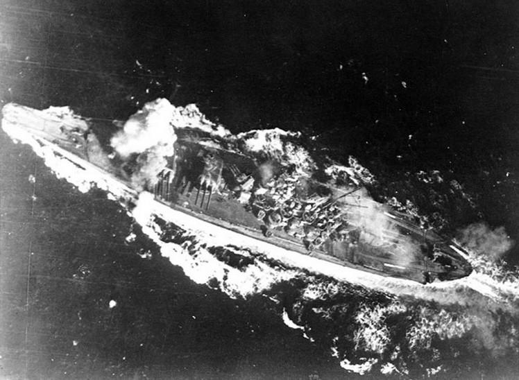 Попадание авиационной бомбы в носовой отсек линейного корабля 'Ямато'