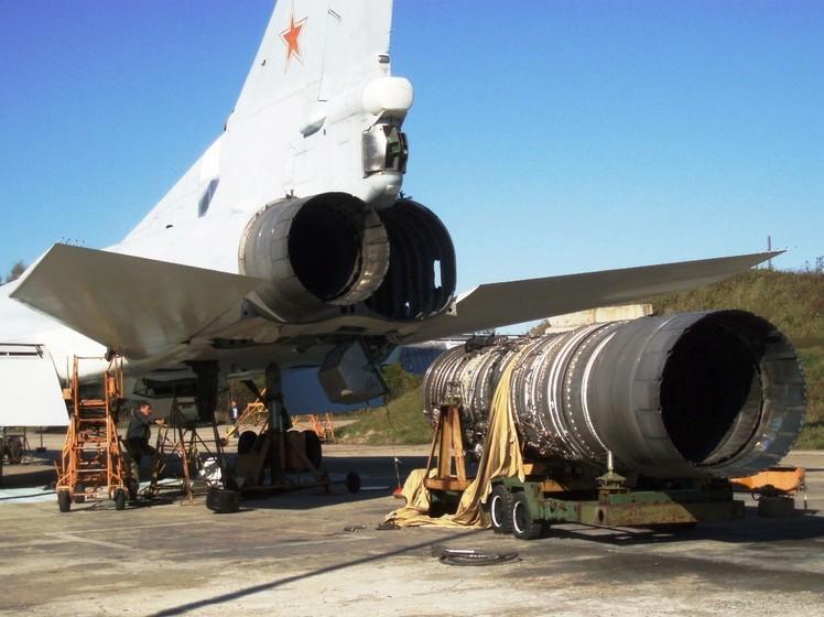 Двигатель НК-25 возле самолета Ту-22