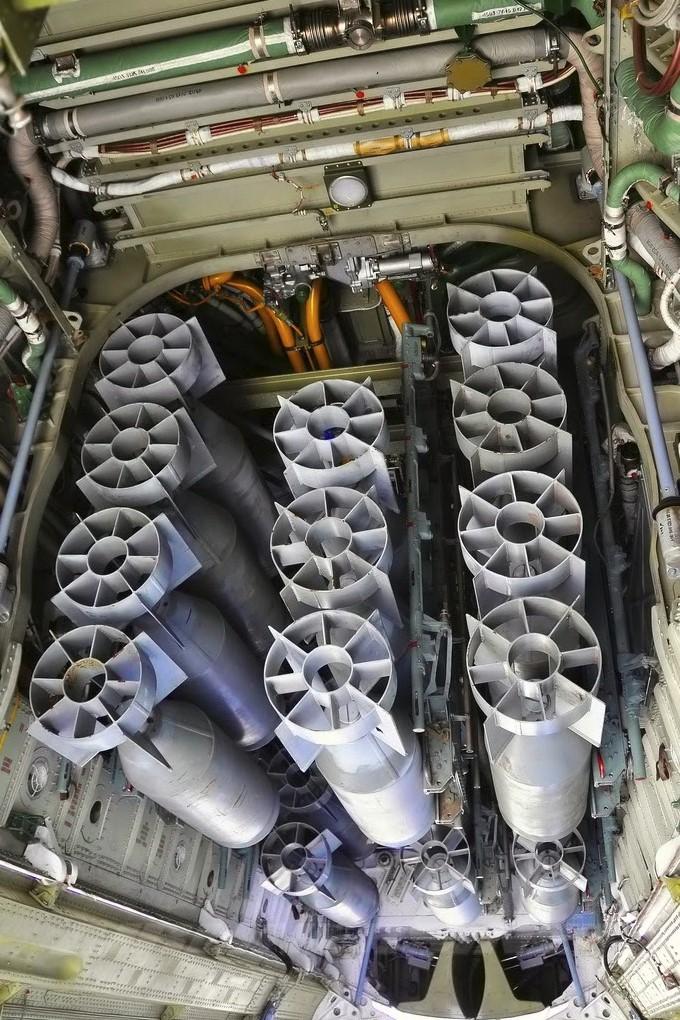 Бомбы на внутренней подвеске Ту-22