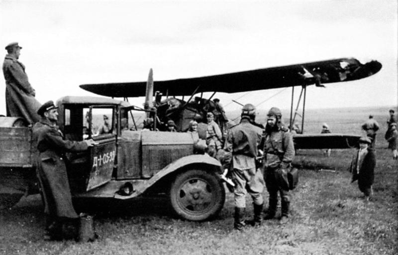 Личный состав 45-го гвардейского истребительно-бомбардировочного авиационного полка и мирные жители у самолета У-2, получившего боевые повреждения. Центральный фронт