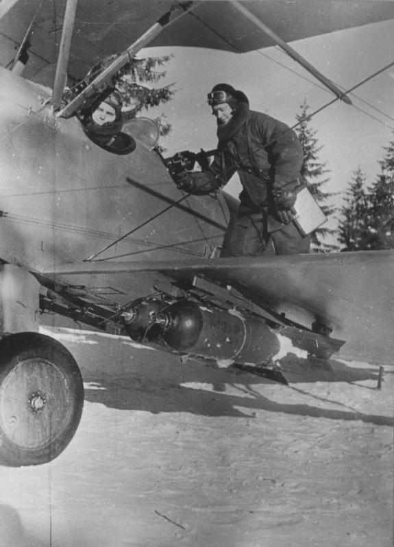Советские летчики готовятся к вылету на бомбардировщике У-2ЛНБ