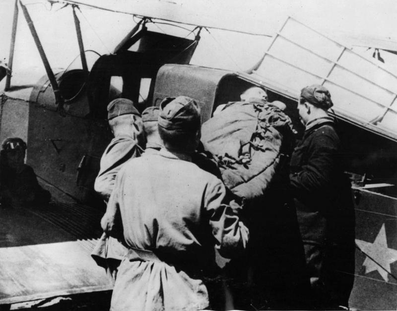 Погрузка раненого красноармейца в санитарный самолет С-3 (модификация самолета У-2 для перевозки раненых) для эвакуации в тыл