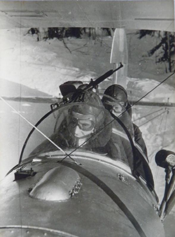 Советские летчики в кабине самолета У-2 перед вылетом на боевое задание.