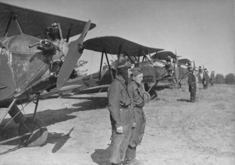 Построение экипажей самолетов У-2 на аэродроме у своих машин