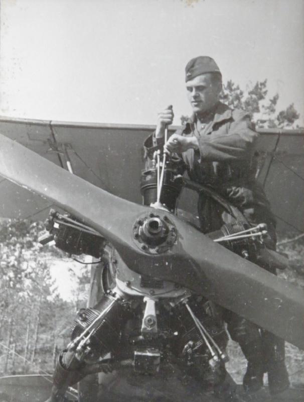 Советский авиатехник производит обслуживание двигателя М-11 на самолете У-2