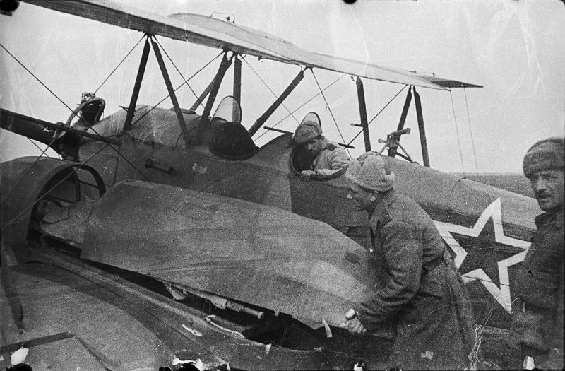 Погрузка раненых в советский самолет У-2 для эвакуации с южного берега озера Сиваш. Самолет оборудован кассетами Бакшаева, вмещавшими одного раненого на носилках