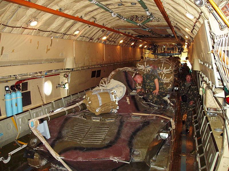 БМД-1 внутри грузовой кабины Ил-76