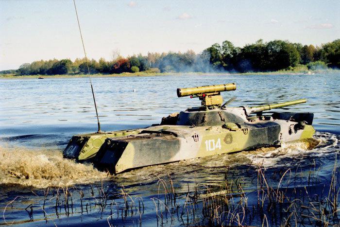 БМД-1П форсирует водную преграду.