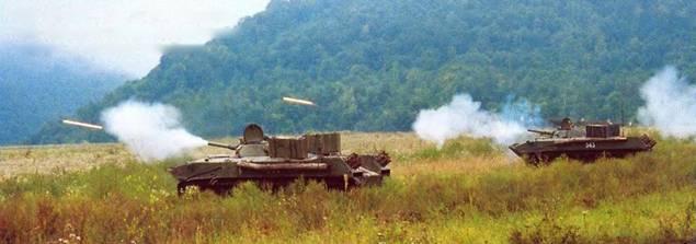 БМД-1 ведут огонь из 73-мм орудий